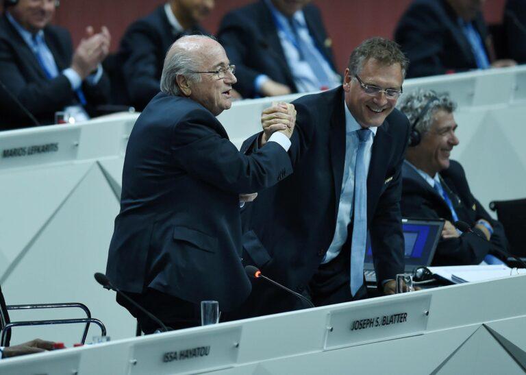 """FIFA sperrt Ex-Präsident Blatter für mehr als sechs Jahre für """"sämtliche Fußballaktivitäten"""""""