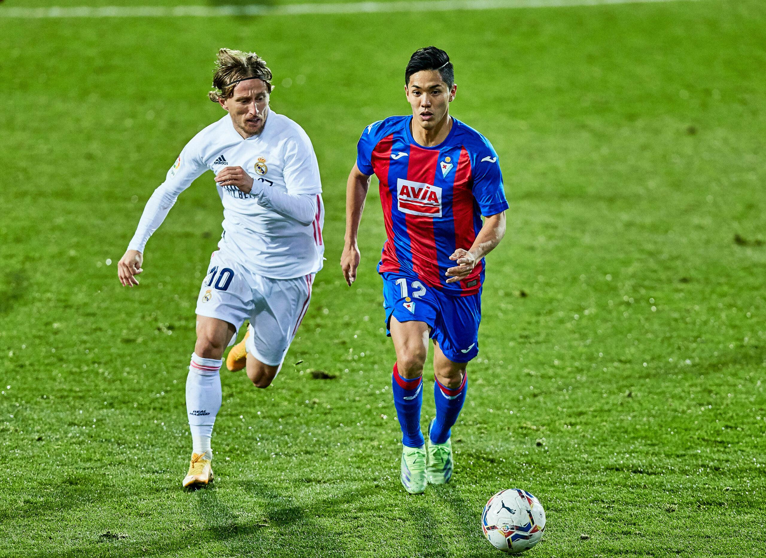 Zweikampf Luka Modric (Real Madrid) Yoshinori Muto (Eibar)