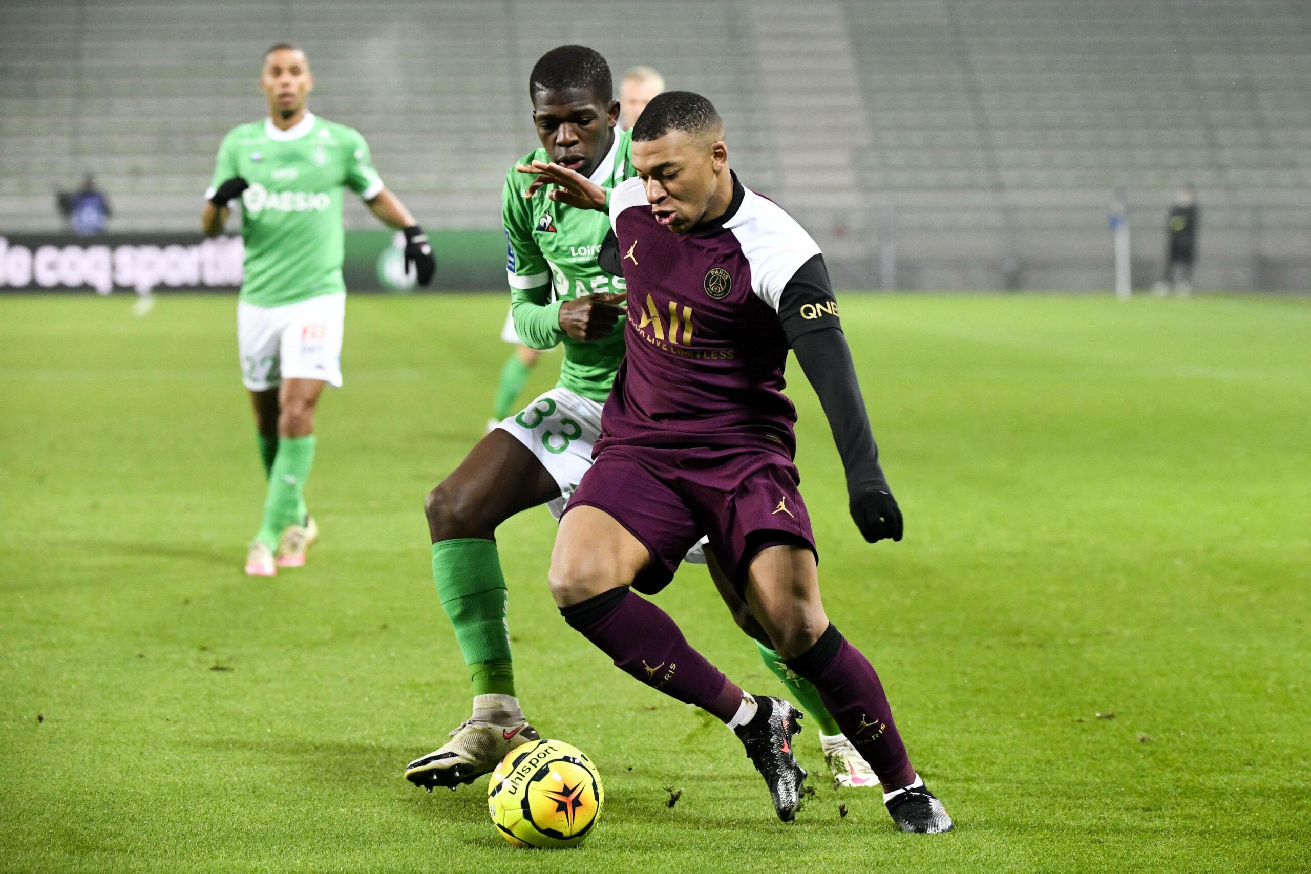 Kylian Mbappe (PSG) im Zweikampf mit Saint-Etienne-Verteidiger