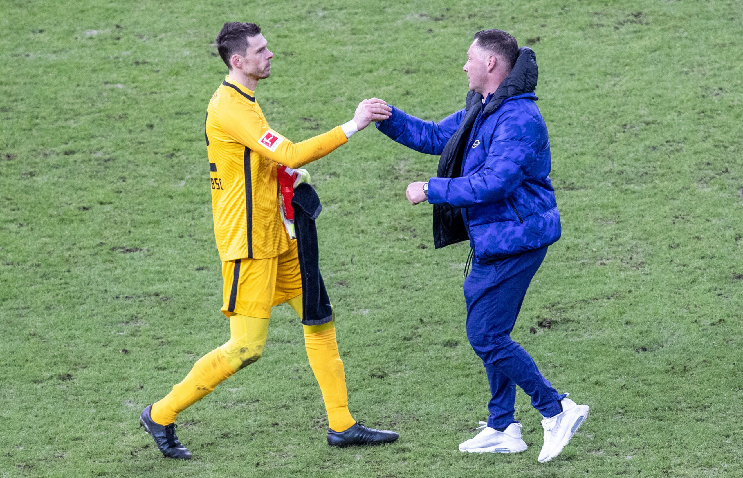 Rune Jarstein und Pal Dardai (Hertha BSC) klatschen sich ab