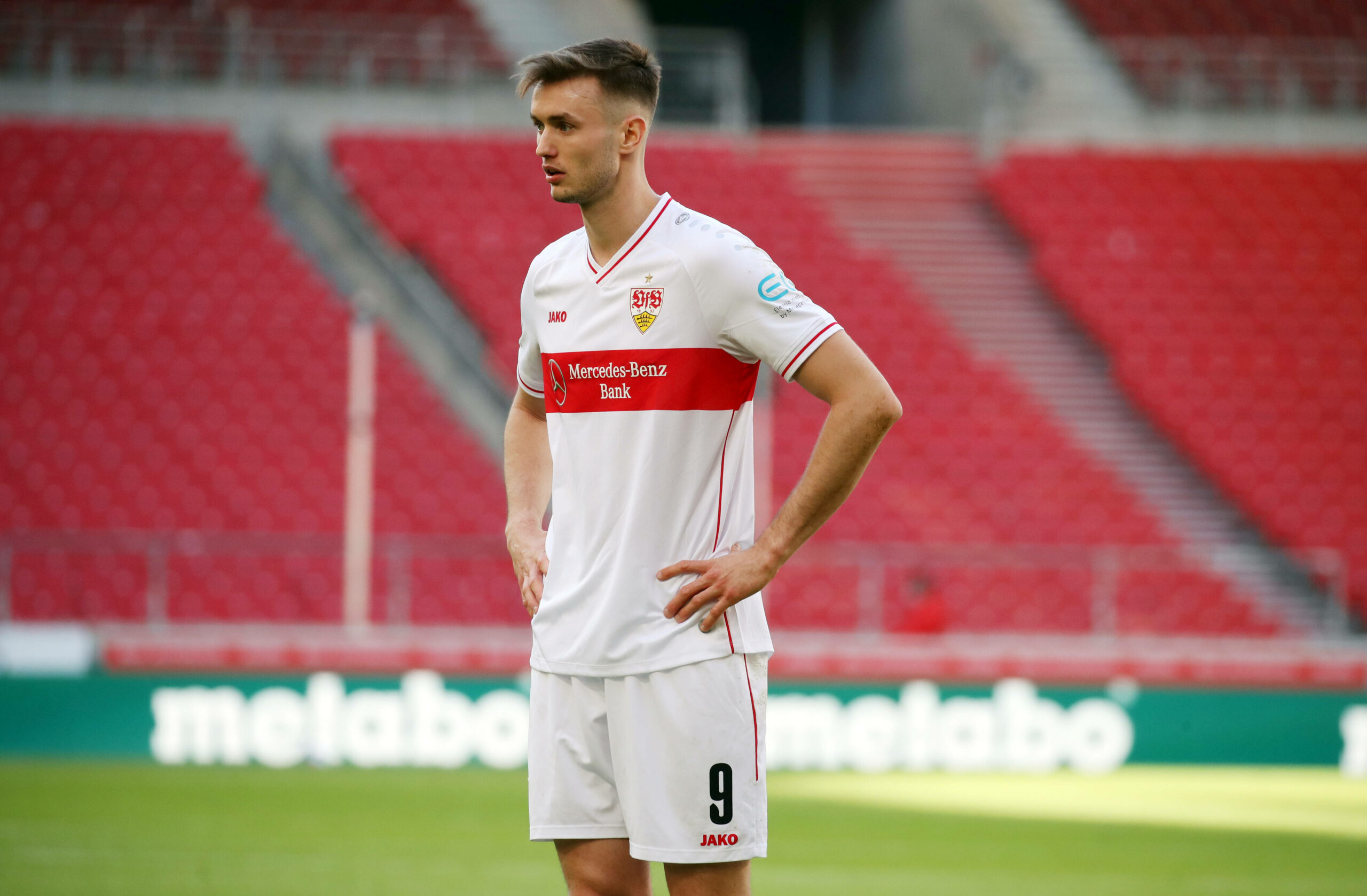 Sasa Kalajdzic (VfB Stuttgart) beobachtet Spiel
