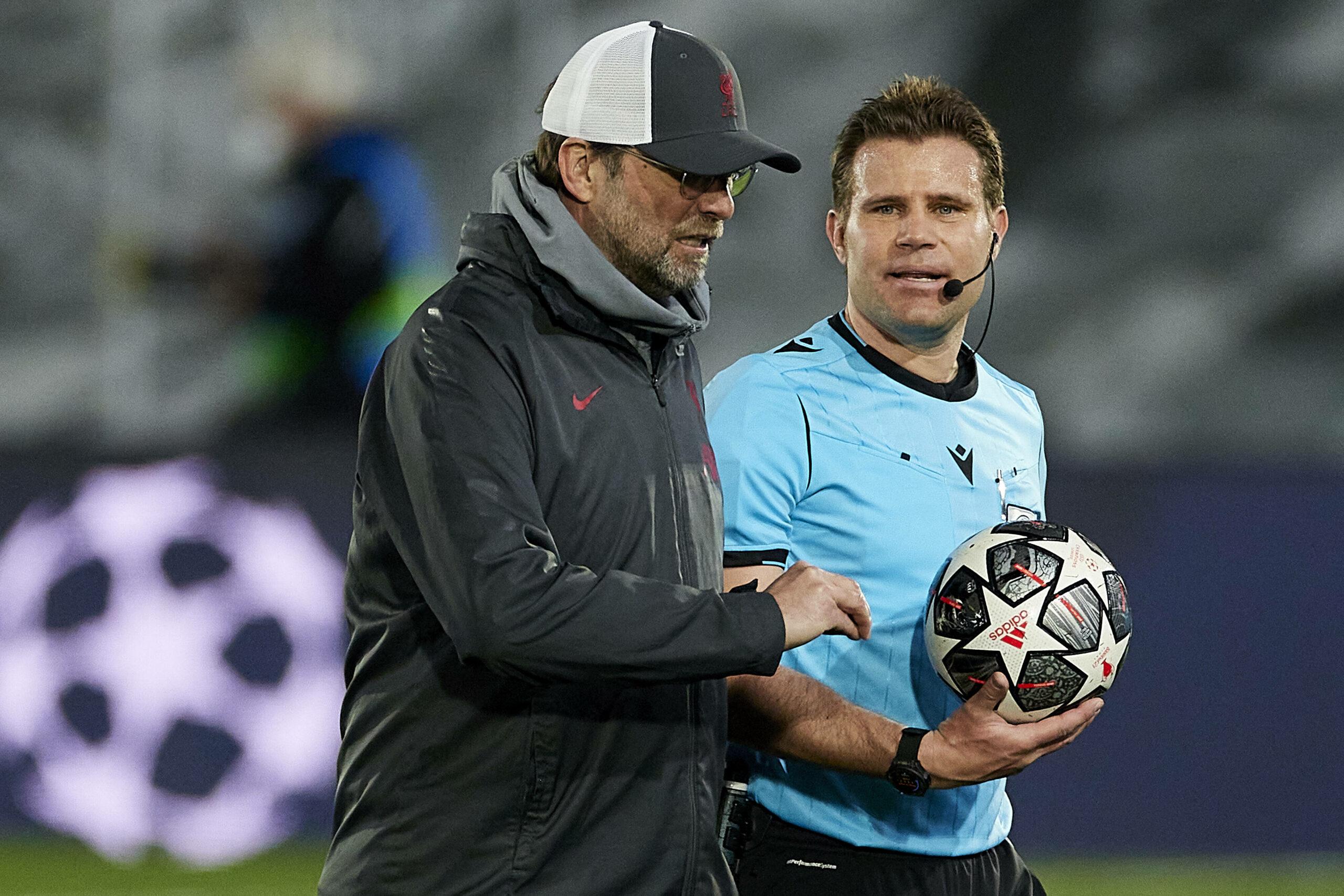 Jürgen Klopp (Liverpool) Felix Brych (Referee) diskutieren nach dem Spiel