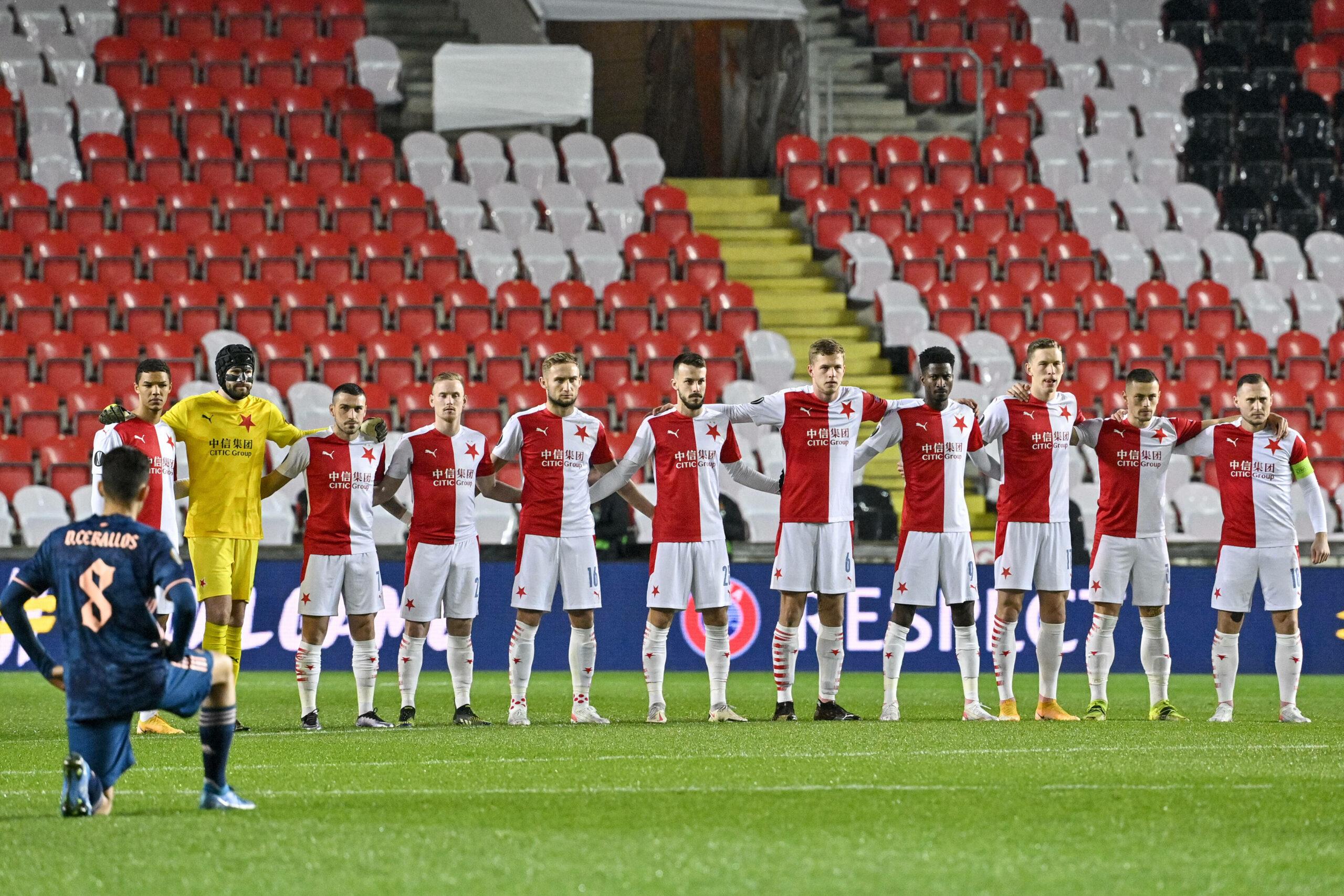Ceballos (Arsenal) kniet vor dem Team von Slavia Prag