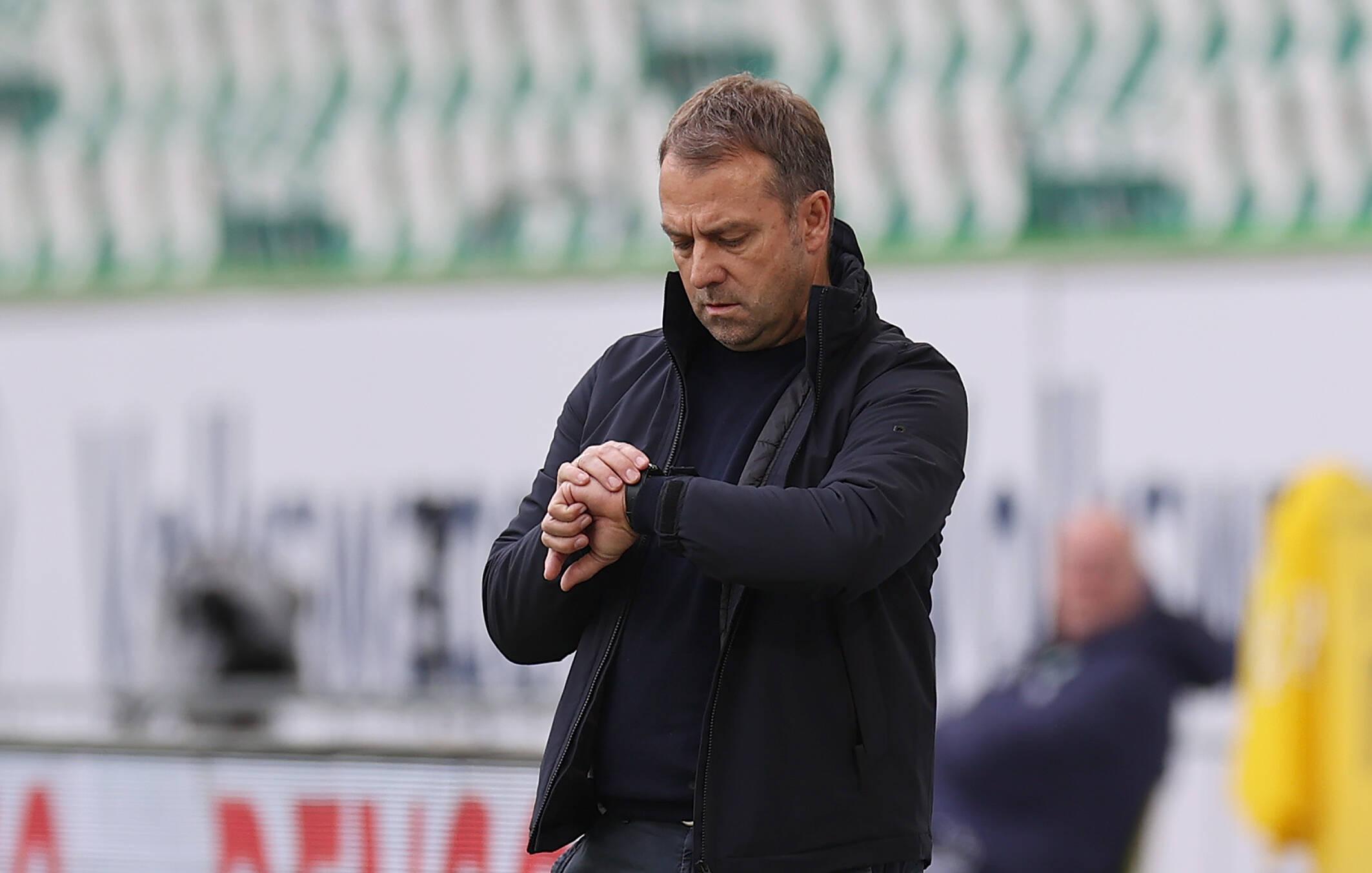 Hansi Flick (FC Bayern schaut auf die Uhr)