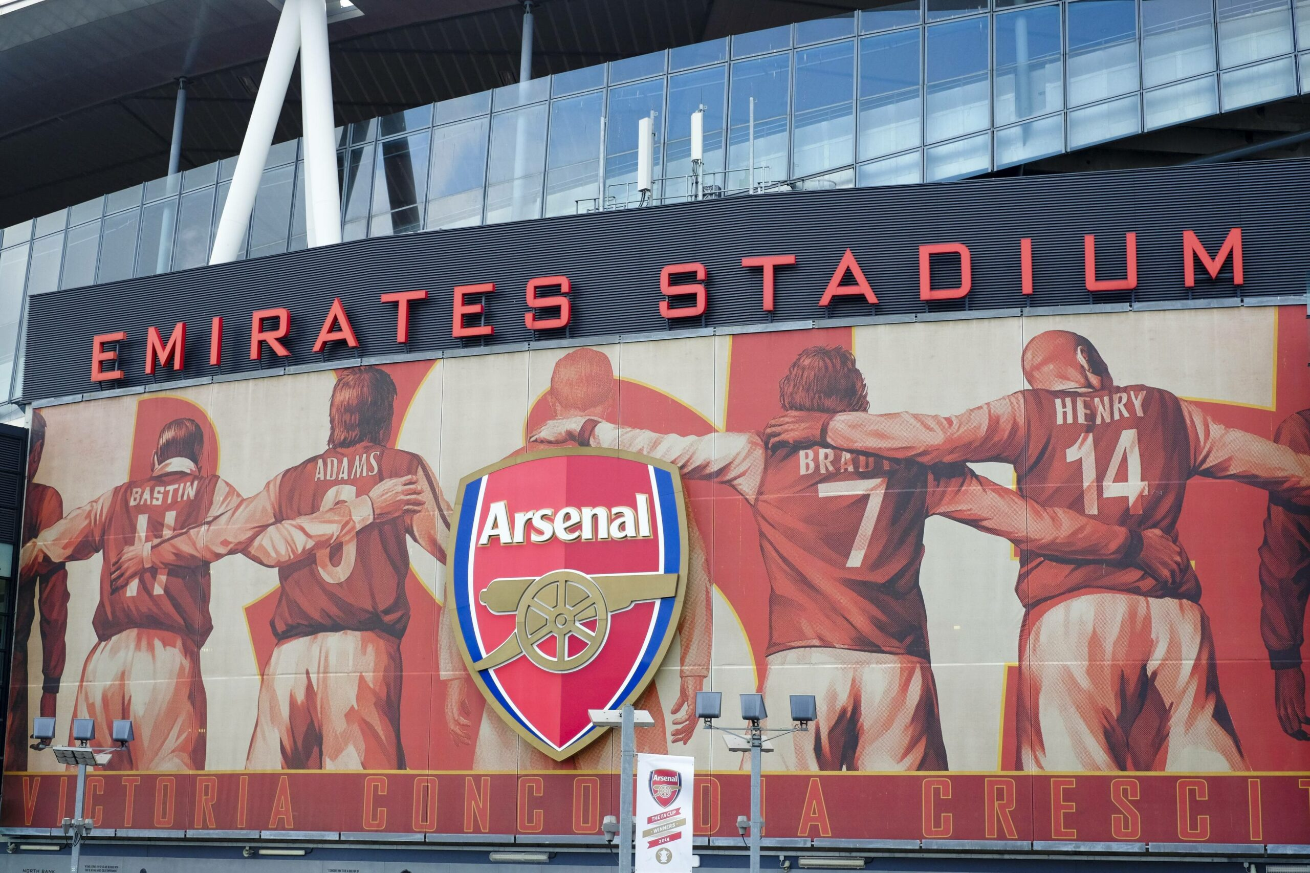 FC Arsenal Logo vor Stadion