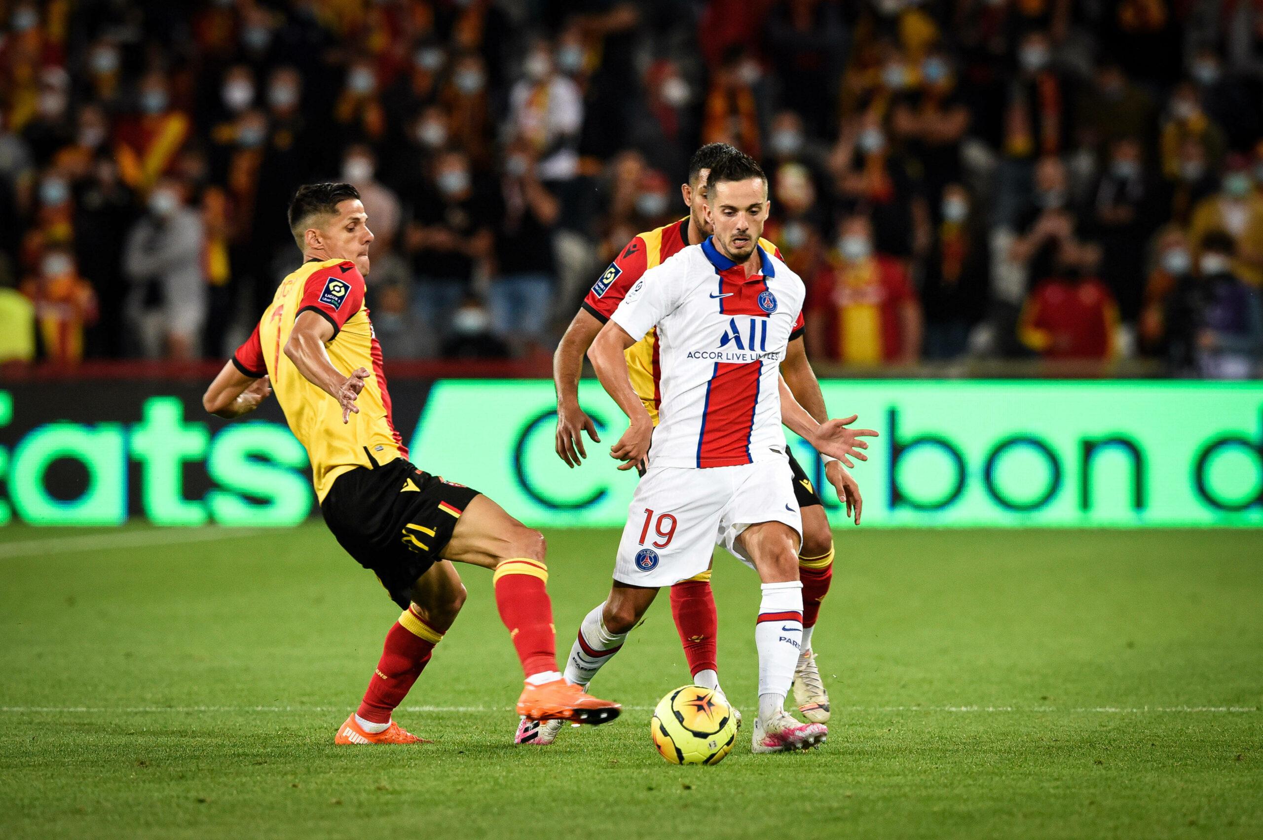 Pablo Sarabia (PSG) im Zweikampf mit Spielern des RC Lens