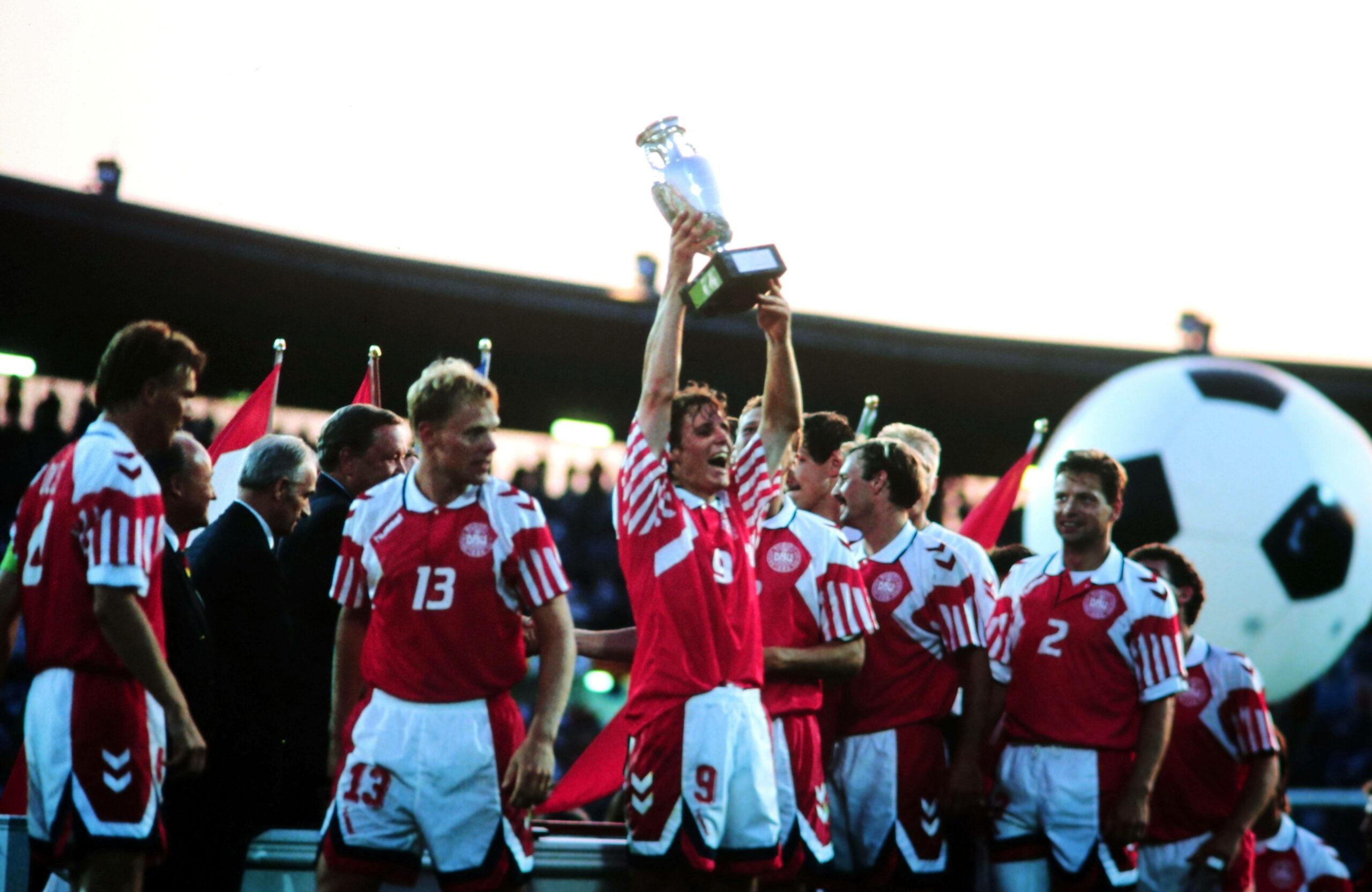 Dänemark Team feiert mit EM-Pokal