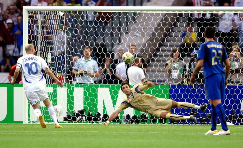 Zidane (Frankreich) mit Panenka-Elfmeter