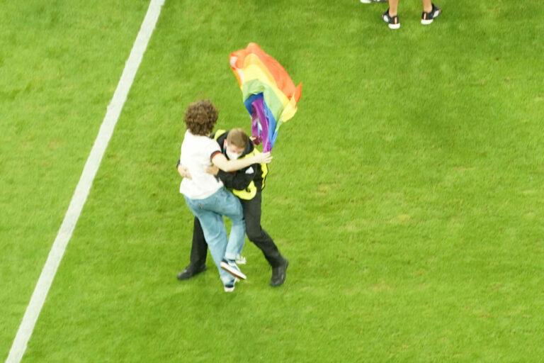 EM | UEFA verbietet Regenbogen-Werbebanden in Baku und St. Petersburg