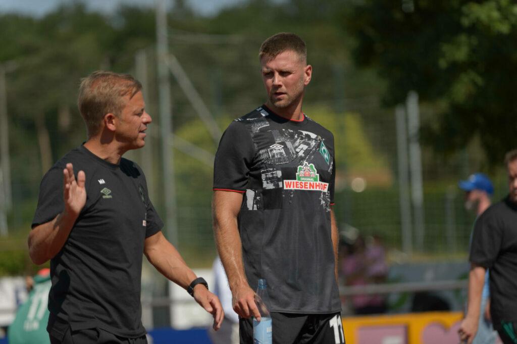 Markus Anfang (Werder Bremen) Niclas Füllkrug (Werder Bremen) im Gespräch