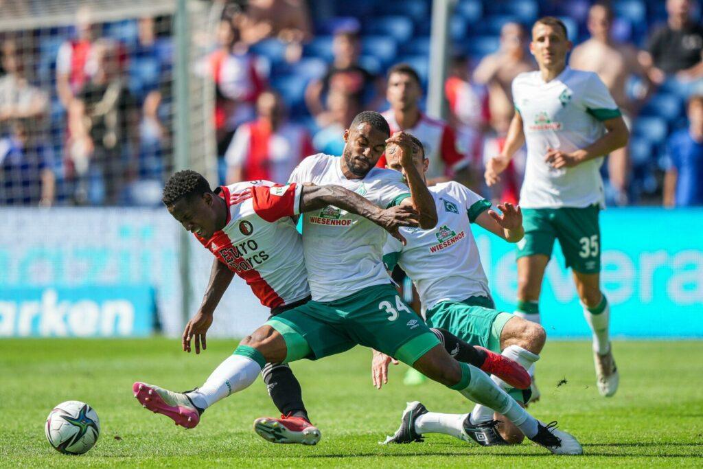 Sinisterra (Feyenoord) Mbom (Bremen) im Zweikampf