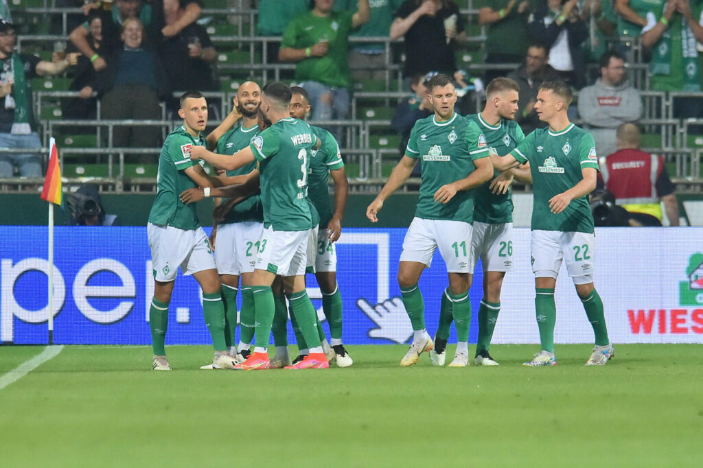Werder Bremen Team jubelt nach Treffer gegen 96