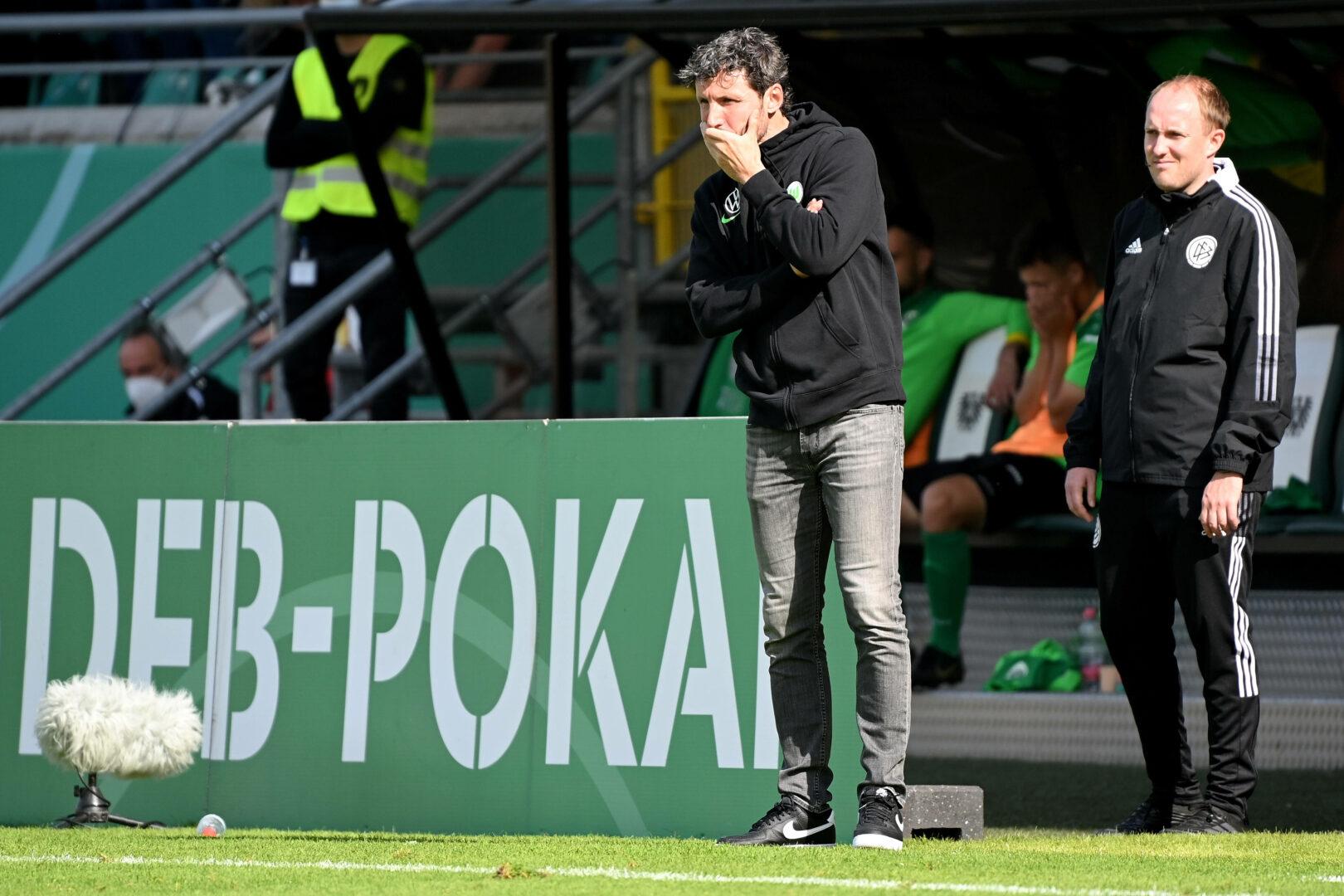 Mark Van Bommel steht an der Seitenlinie des VfL Wolfsburg