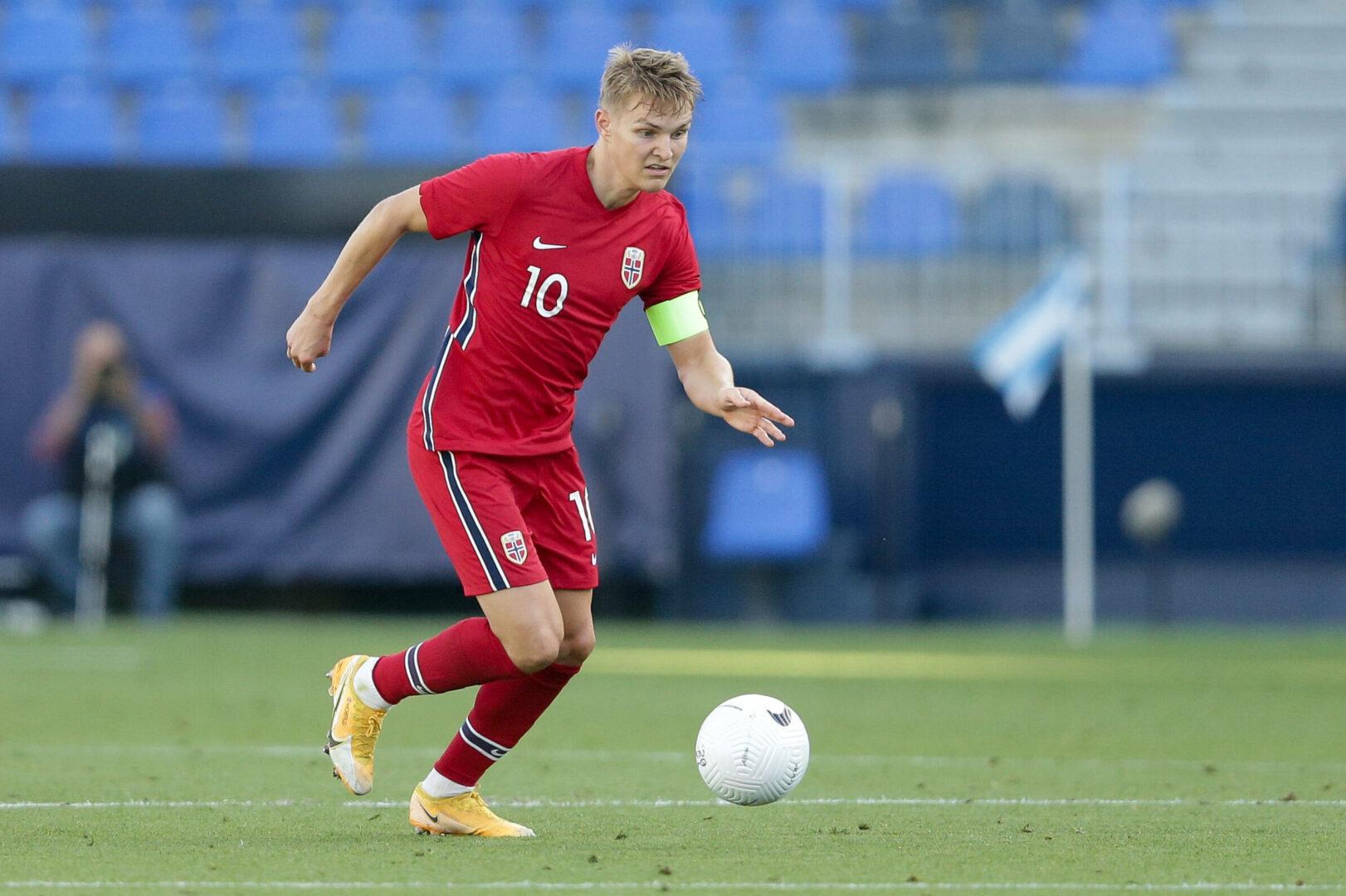 Martin Ödegaard (Norwegen) führt den Ball im Länderspiel