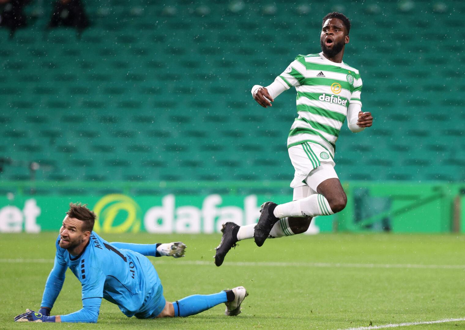 Celtic-Stürmer Edouard hebt den Ball über den Torhüter