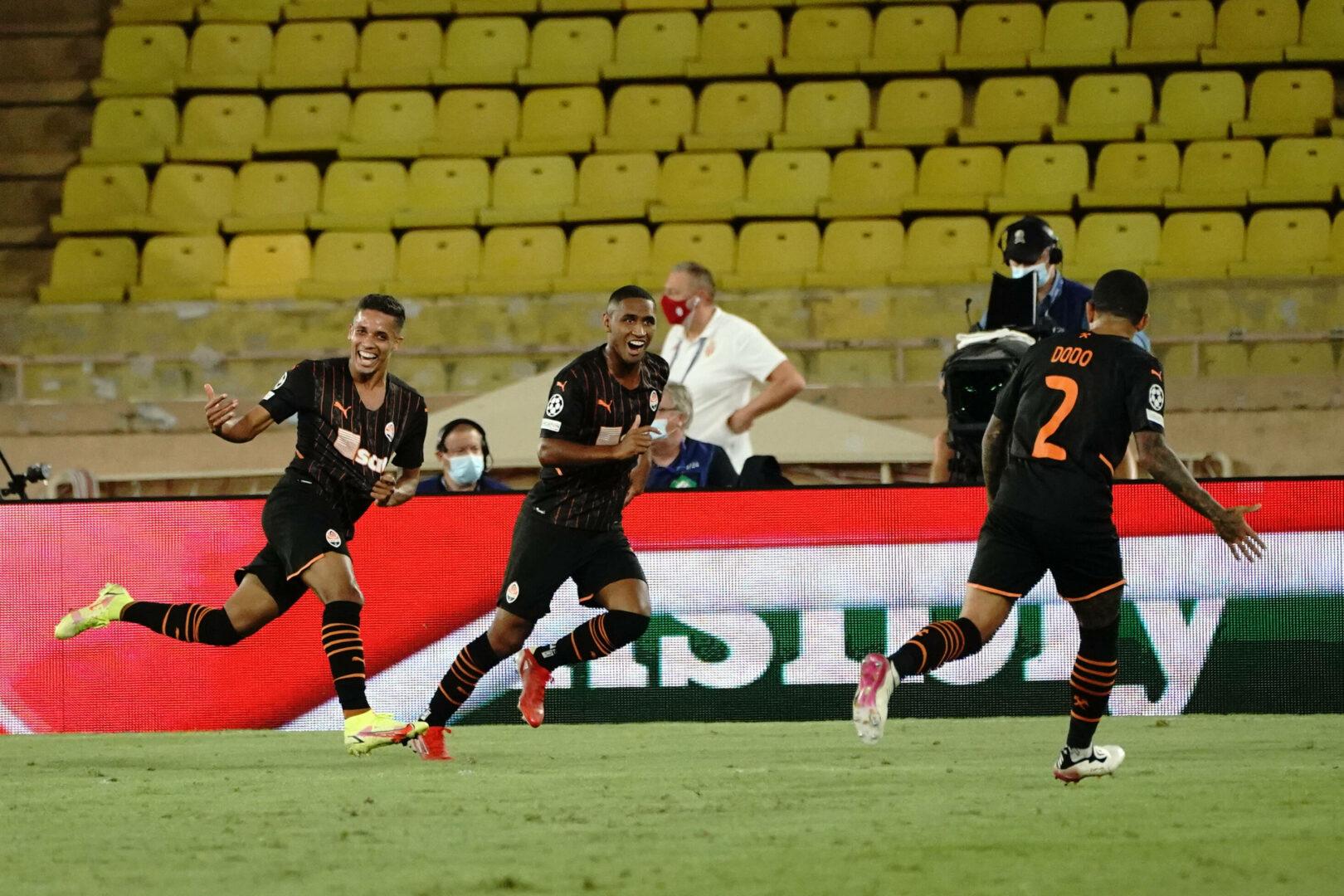 Pedrinho von Shakhtar jubelt nach seinem Tor gegen Monaco