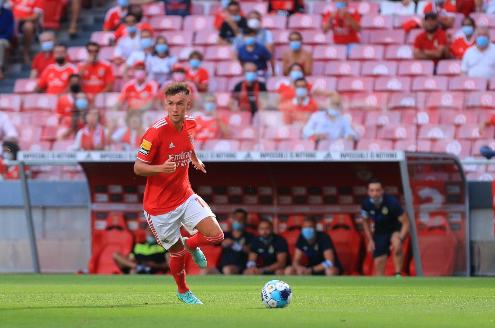 Luca Waldschmidt von Benfica führt den Ball