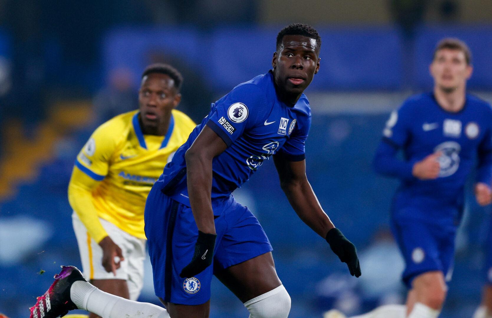 Chelsea-Verteidiger Kurt Zouma schaut fokussiert auf das Geschehen im Duell mit Brighton and Hove Albion.