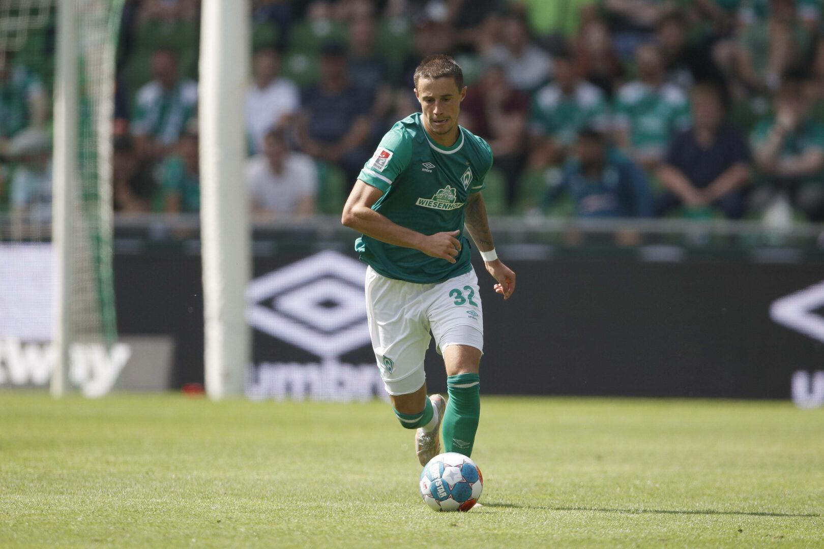 Marco Friedl treibt den Ball im Heimspiel des SV Werder Bremen gegen den SC Paderborn nach vorne.