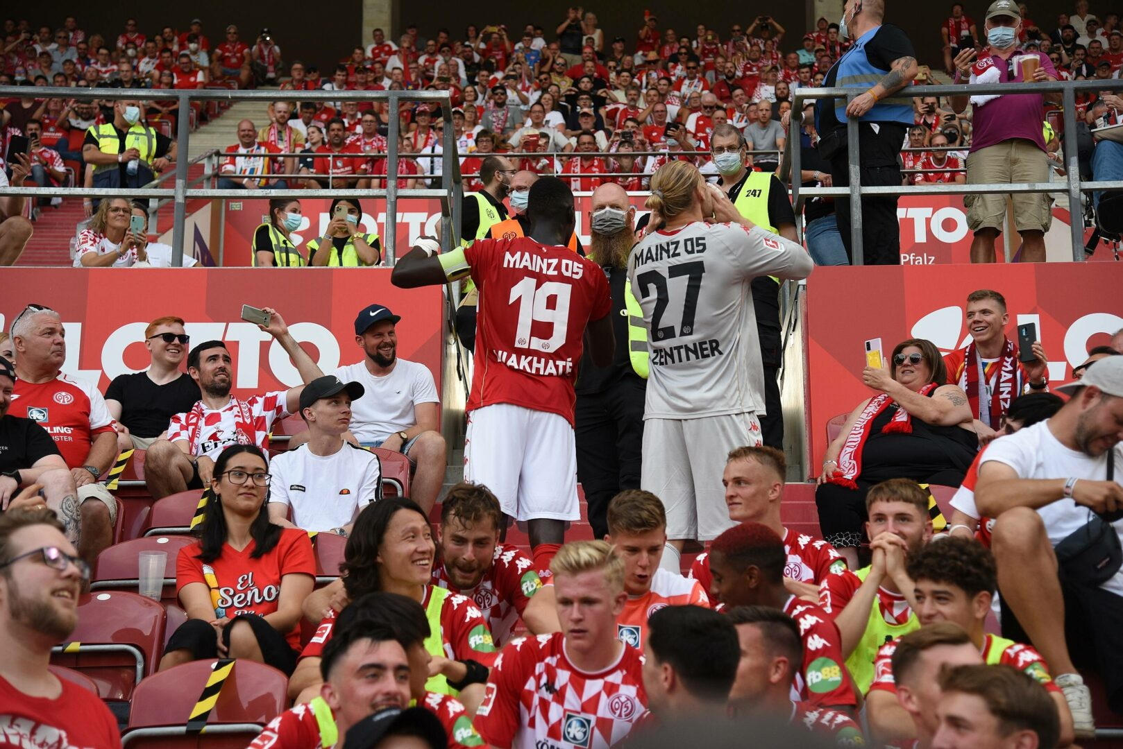 Im Anschluss an den 1:0-Erfolg über Leipzig feierten die Spieler des FSV Mainz 05 gemeinsam mit den treuen Anhängern.