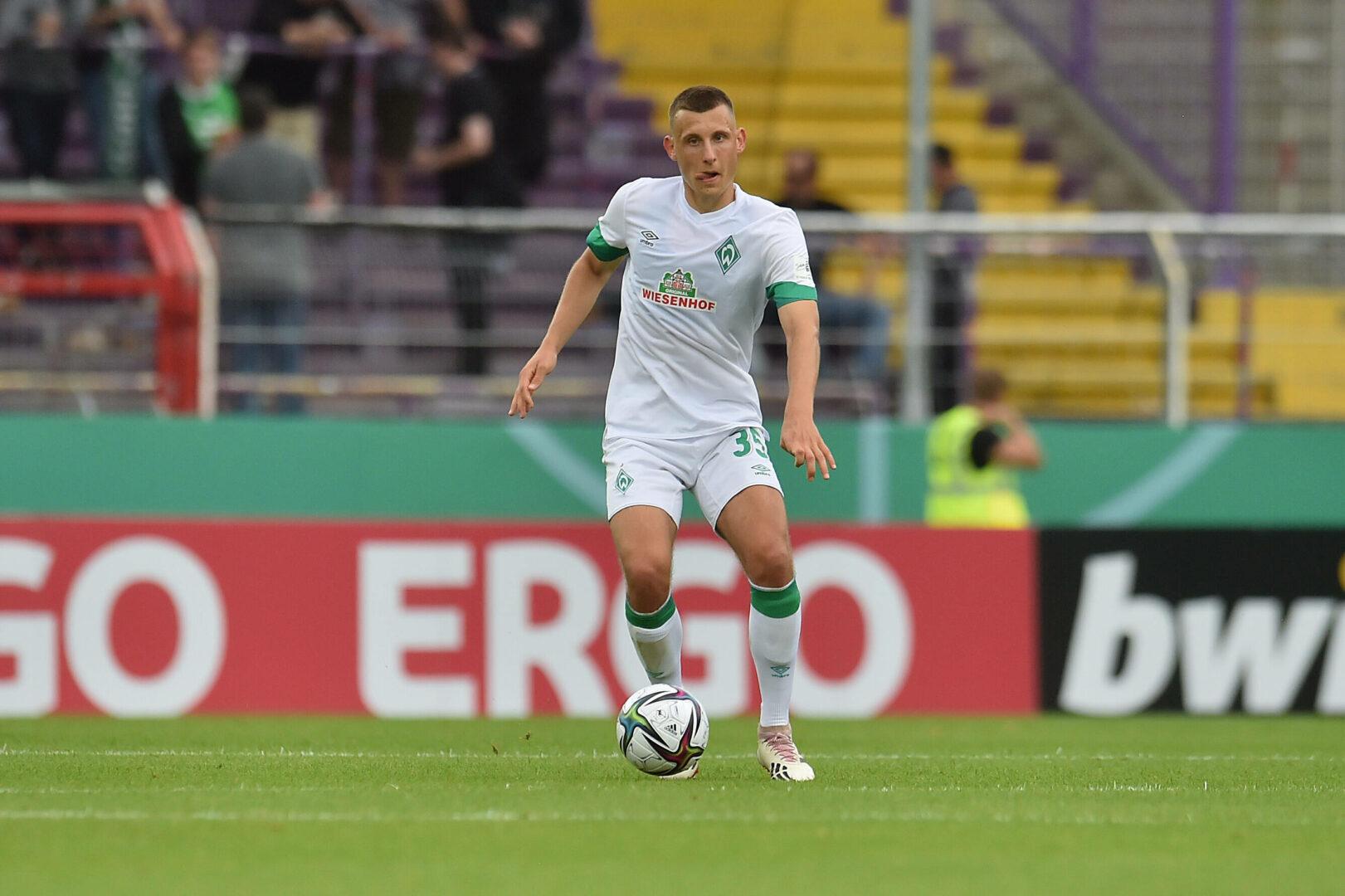 Maximilian Eggestein führt den Ball im Trikot des SV Werder Bremen beim Auswärtsspiel in Osnabrück.