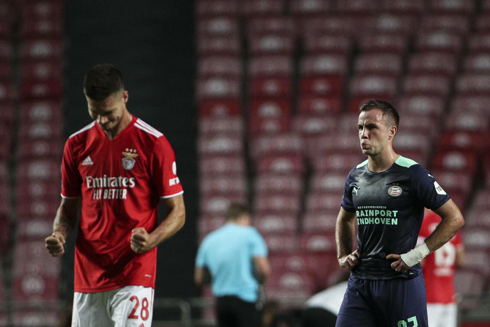 Benficas Julian Weigl bejubelt seinen Treffer, Eindhovens Mario Götze ärgert sich im Hintergrund