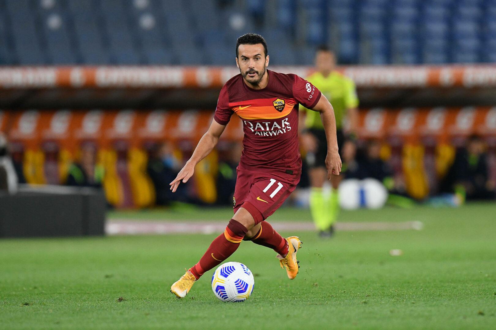 Pedro von der AS Roma beim Dribbling