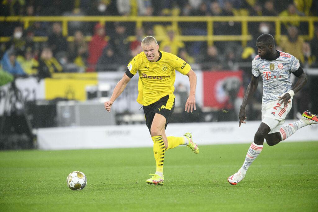 Erling Haaland (BVB) im Laufduell mit Upamecano (FC Bayern)
