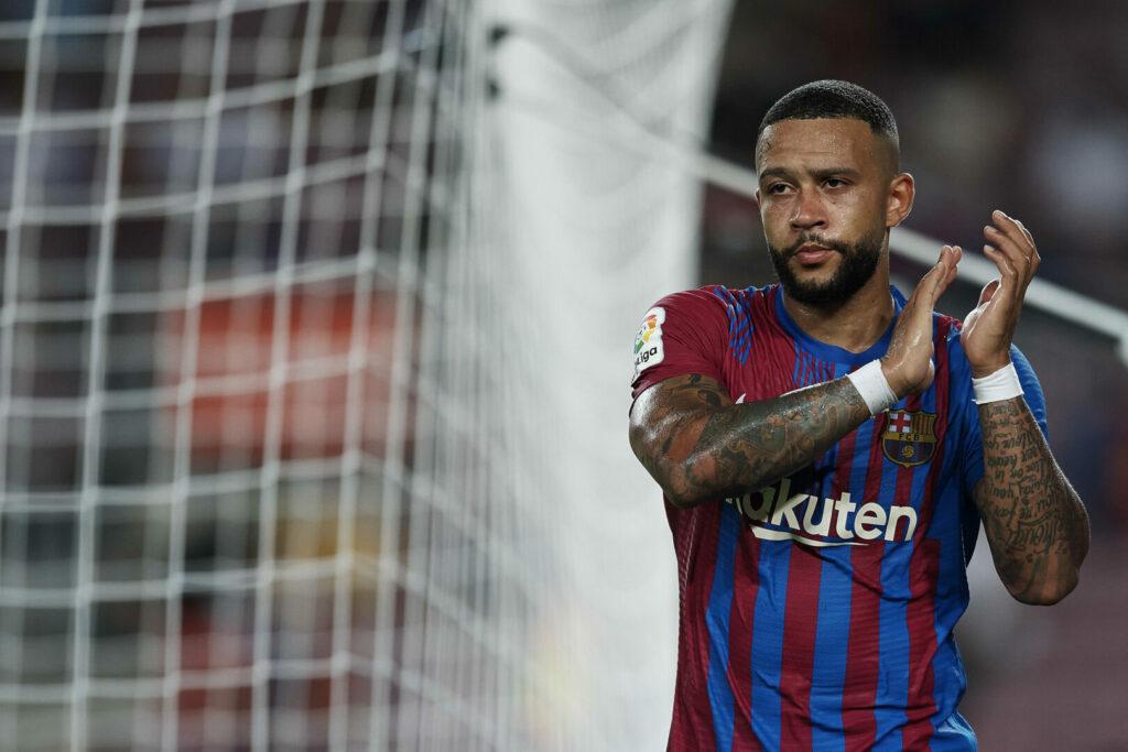 Memphis Depay vom FC Barcelona applaudiert seinem Mitspieler