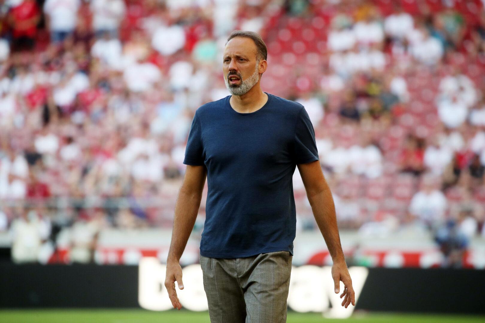 Pellegrino Matarazzo begeht den Weg zur Trainerbank im Heimspiel des VfB Stuttgart gegen Greuther Fürth.