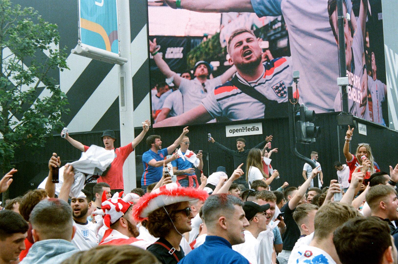Englische Fans feiern vor dem EM-Finale ausgiebig in der Nähe des Wembley-Stadions.