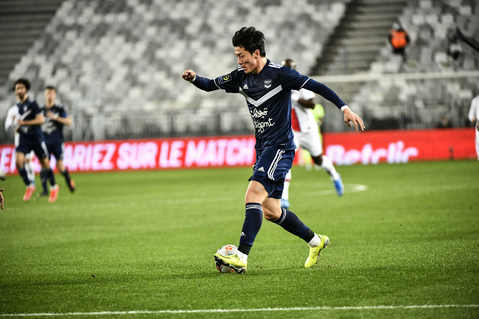 Ui-jo Hwang führt den Ball im Heimspiel von Girondins Bordeaux gegen Paris St. Germain.