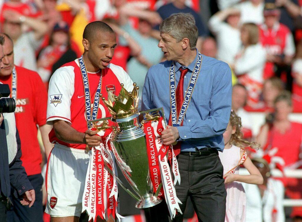 Arsenal: Thierry Henry und Arsene Wenger (r.) halten die Premier-League-Trophäe.