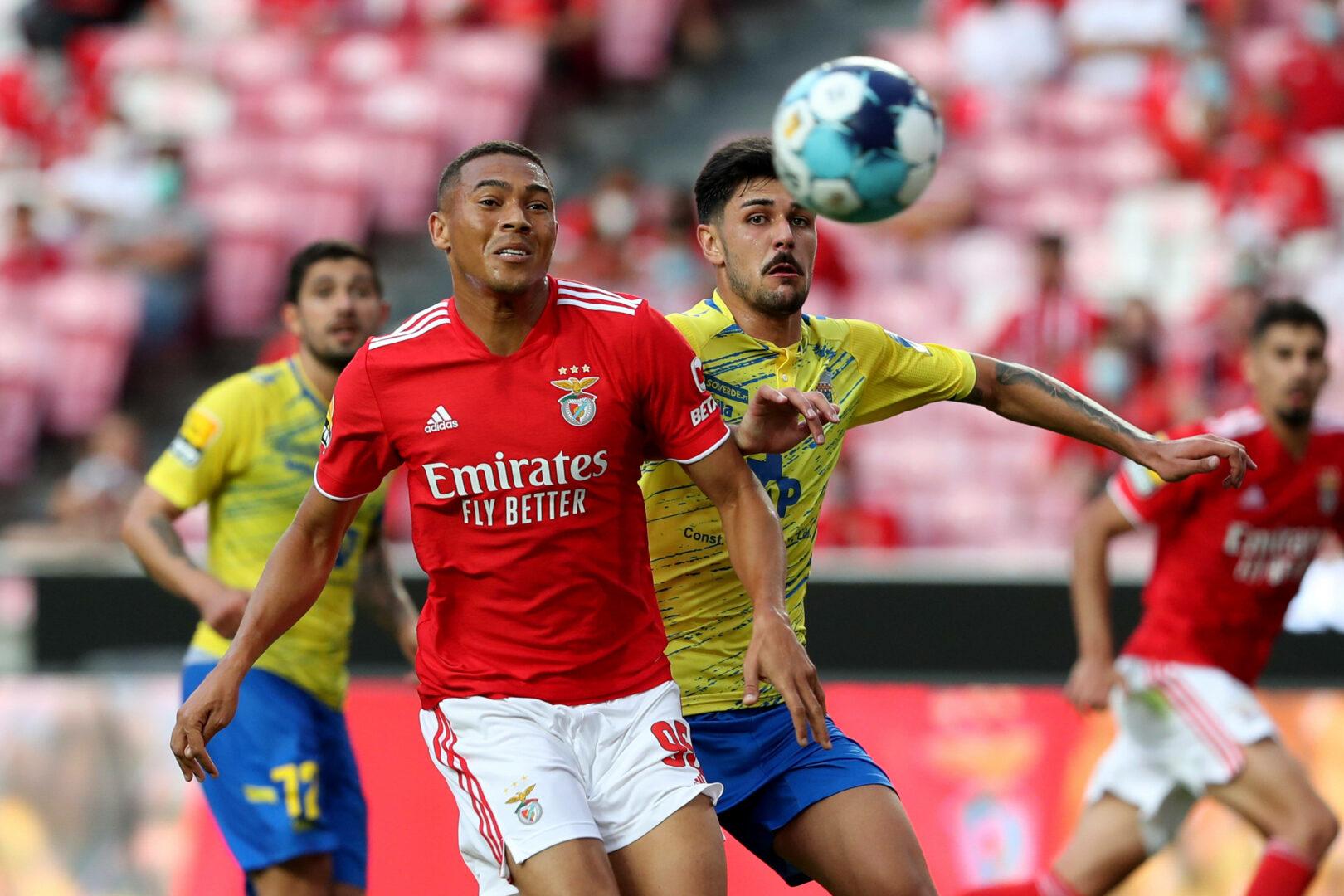 Carlos Vinicius von Benfica visiert den Ball an