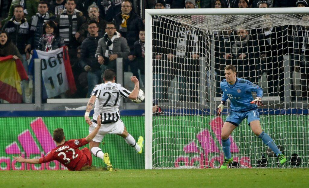 Joshua Kimmich vom FC Bayern im Duell mit Stefano Sturaro