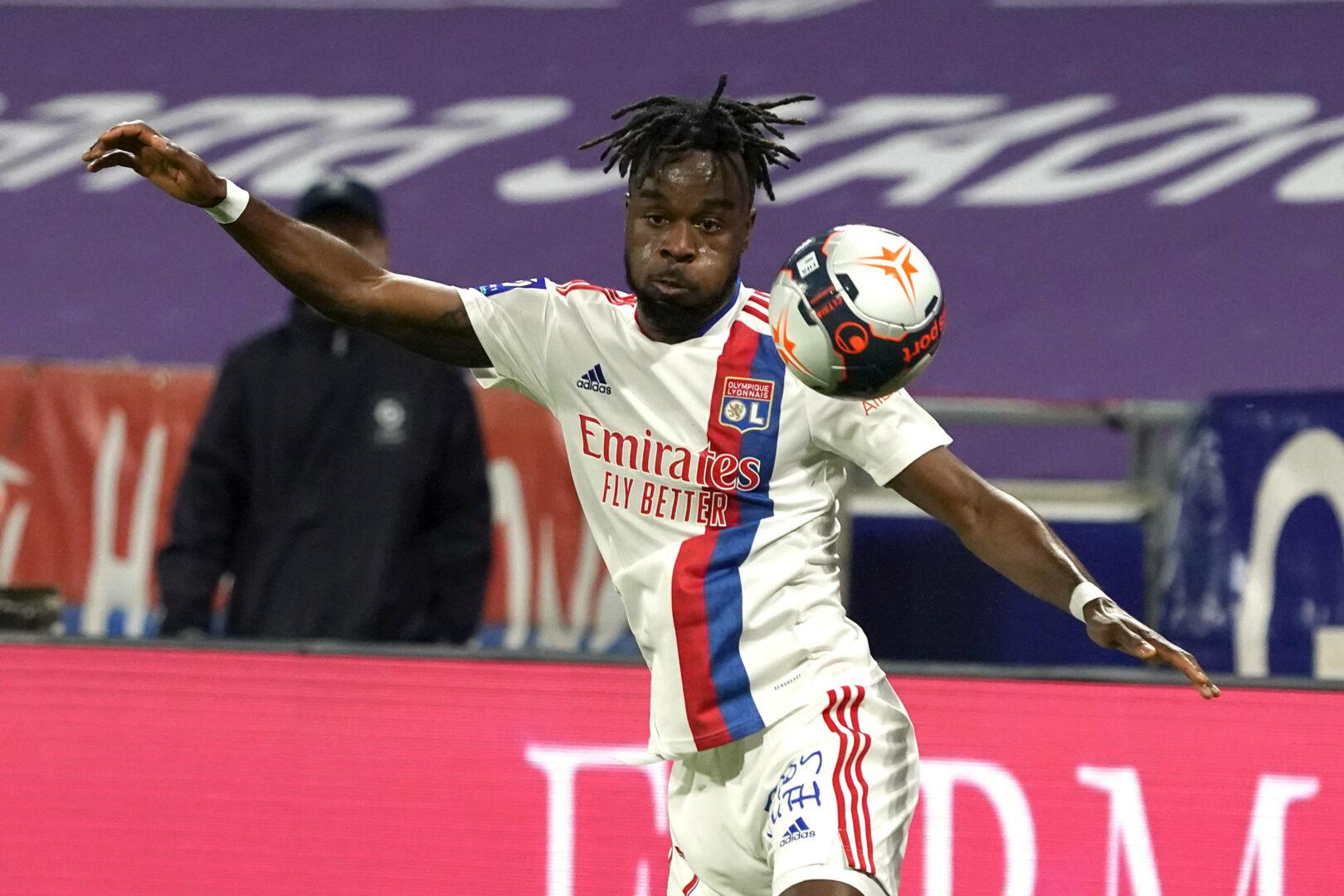 Maxwel Cornet bei der Ballannahme im Heimspiel von Olympique Lyon gegen Nizza.
