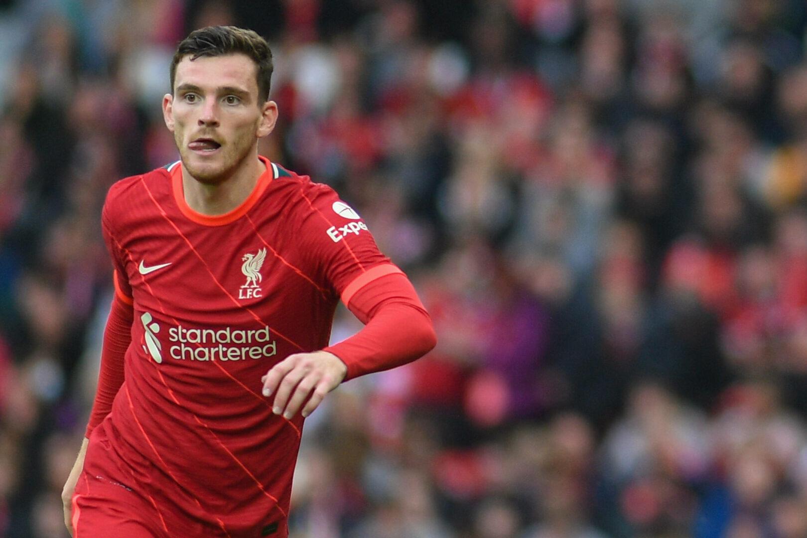 Andy Robertson vom FC Liverpool fixiert den Ball