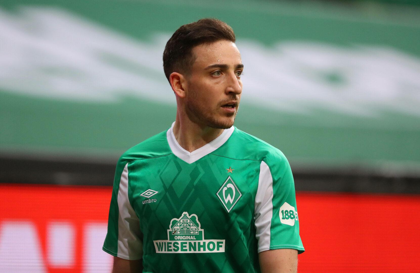 Möhwald (Werder Bremen) schaut nach Mitspieler