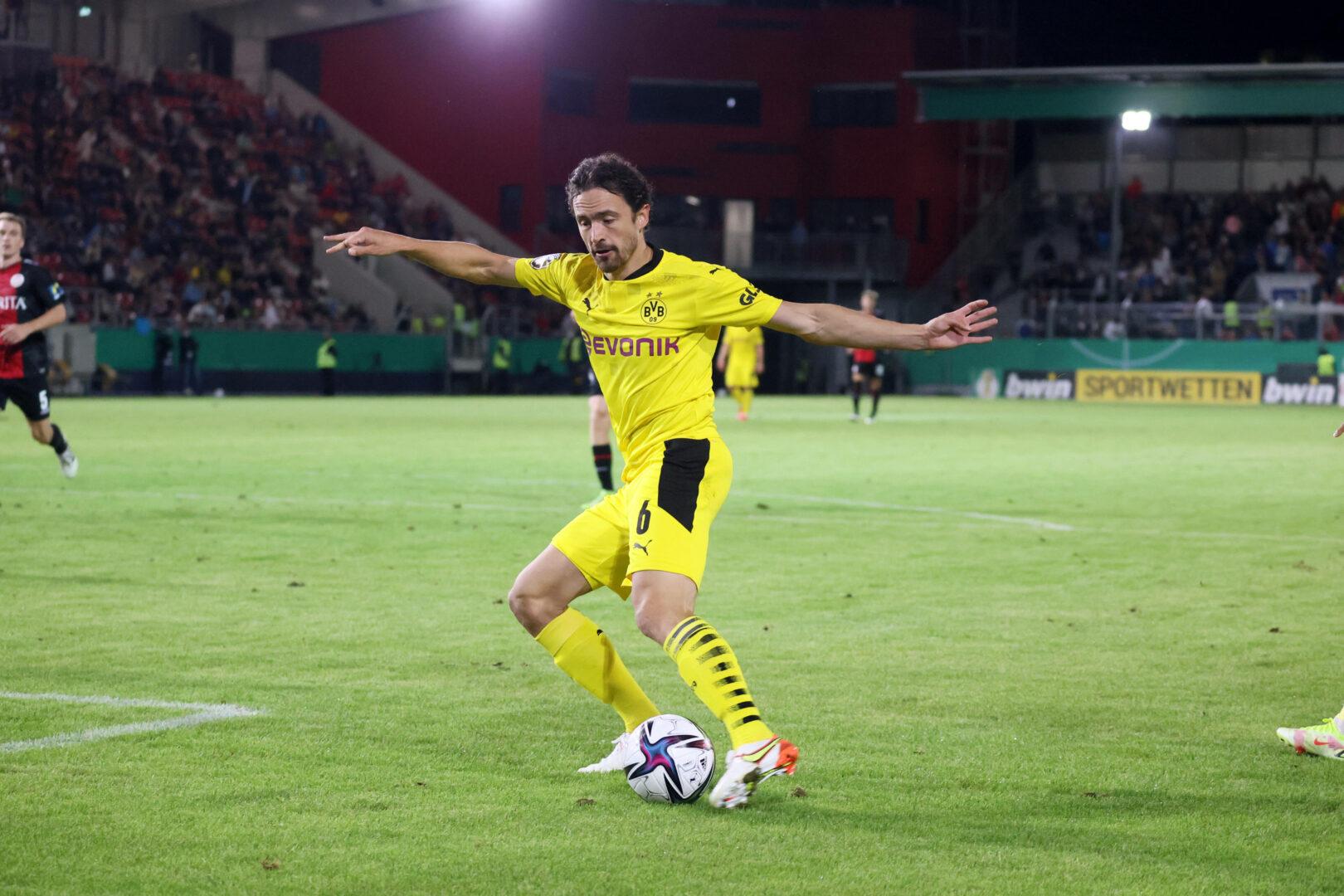 Delaney (Borussia Dortmund) spielt den Ball