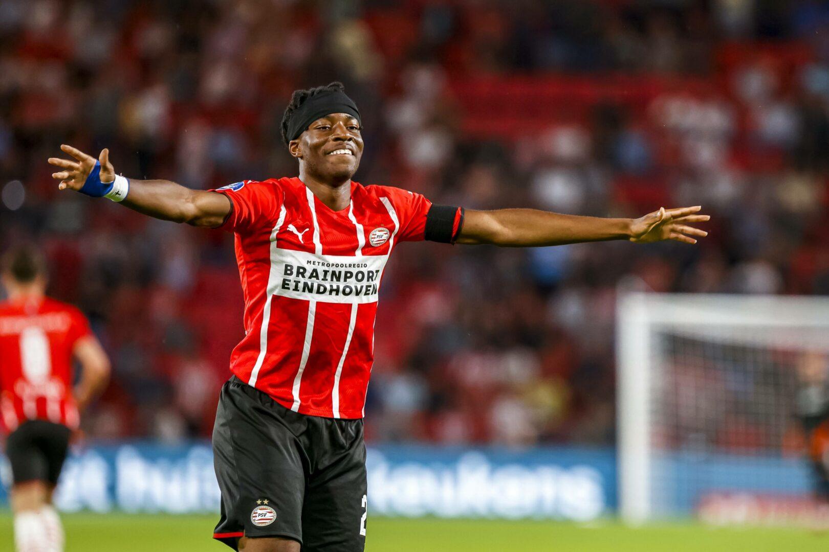 Noni Madueke bejubelt einen seiner Treffer für die PSV Eindhoven beim 4:0-Erfolg über Ajax Amsterdam im saisoneröffnenden Supercup.