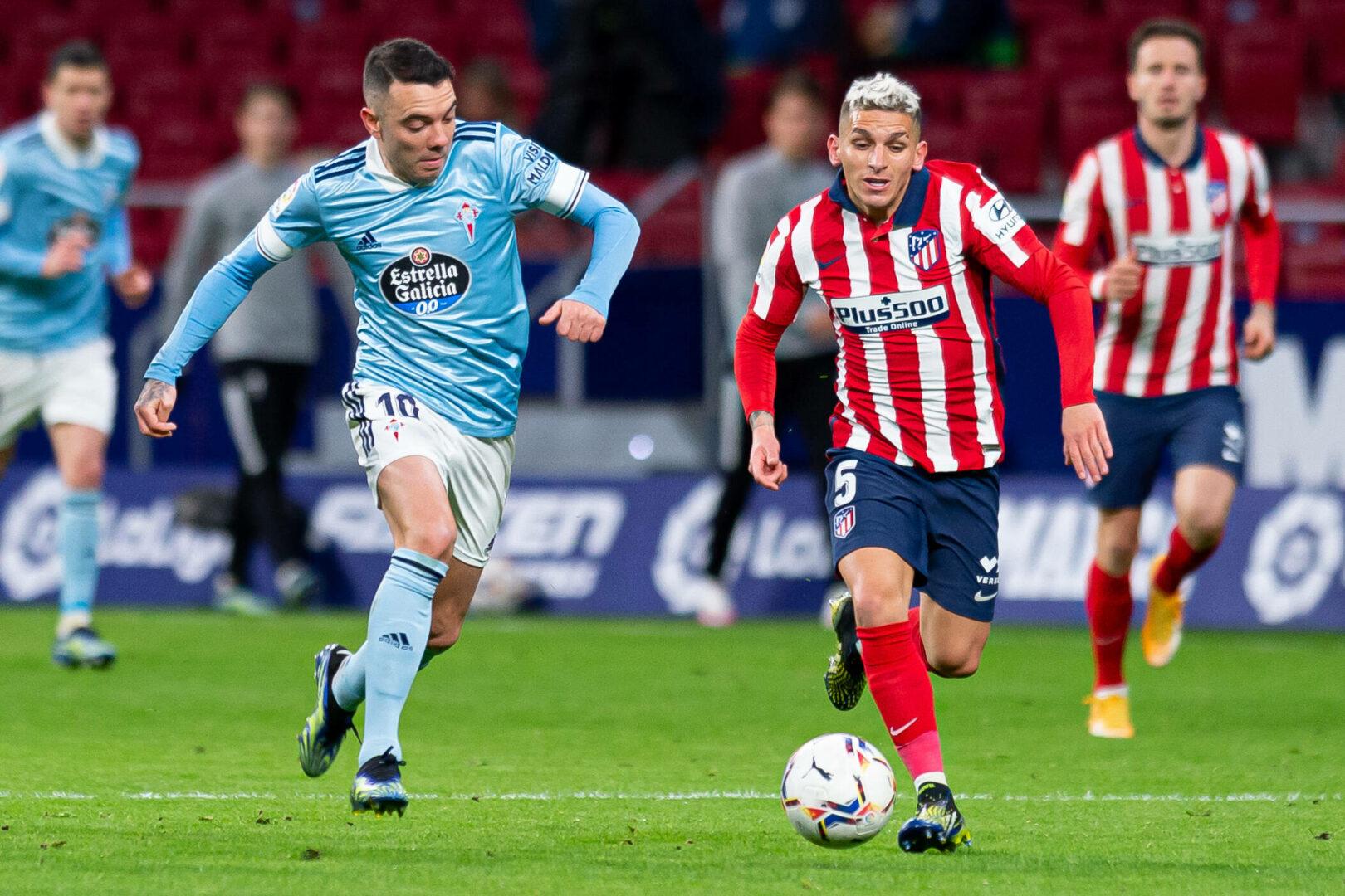Lucas Torreira führt im Trikot von Atletico Madrid einen Zweikampf mit Celta Vigos Iago Aspas