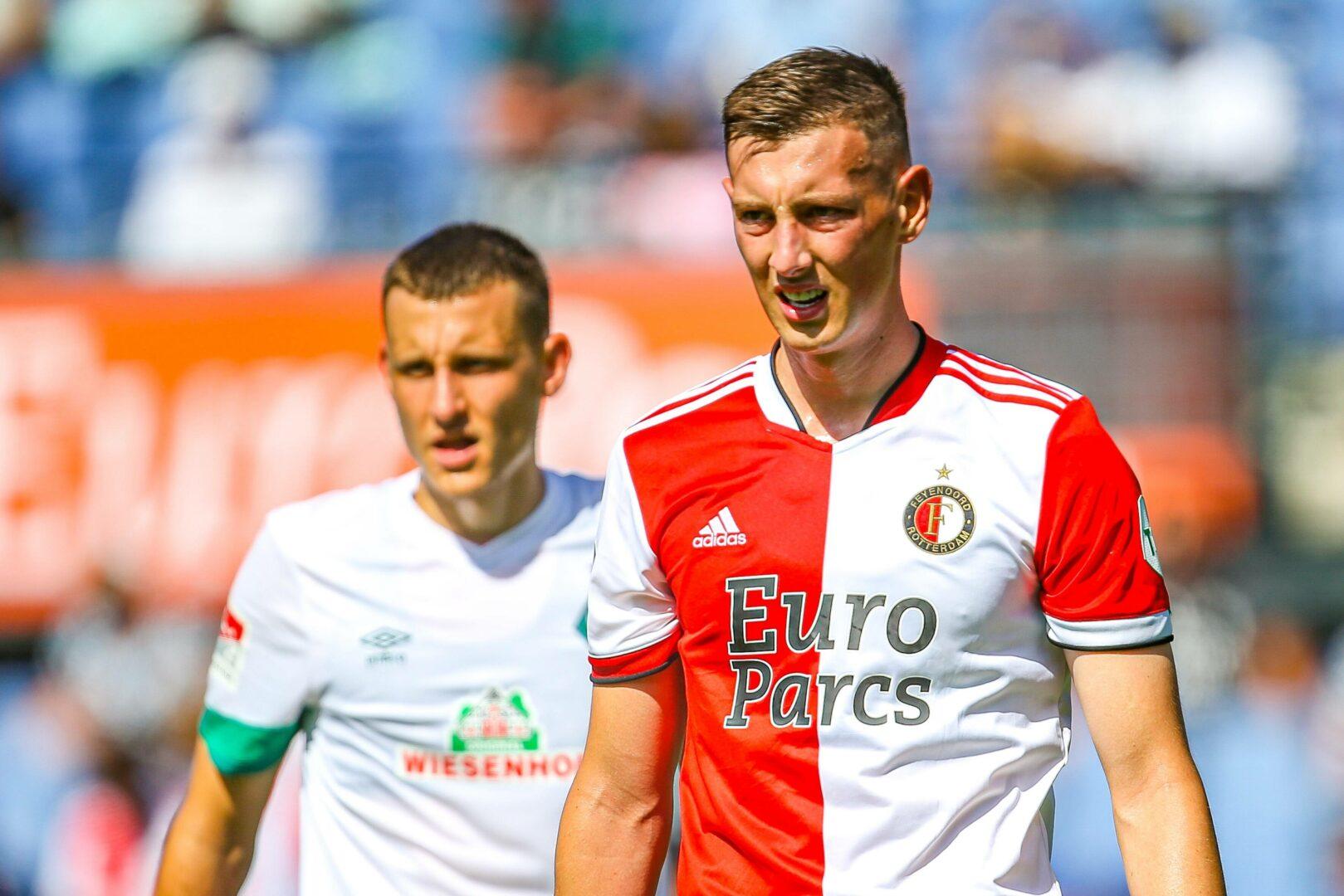 Feyenoords Robert Bozenik im Testspiel gegen Werder Bremen. Im Hintergrund: Maximilian Eggestein