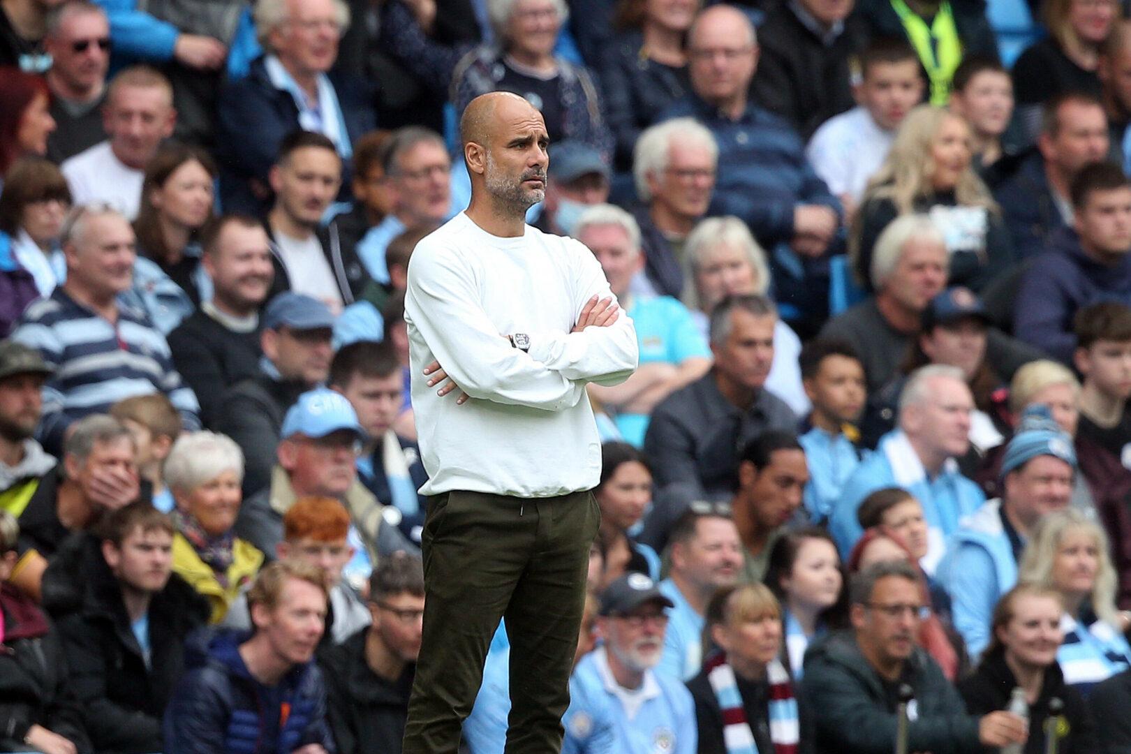 Pep Guardiola beobachtet das Spiel von Manchester City mit verschränkten Armen