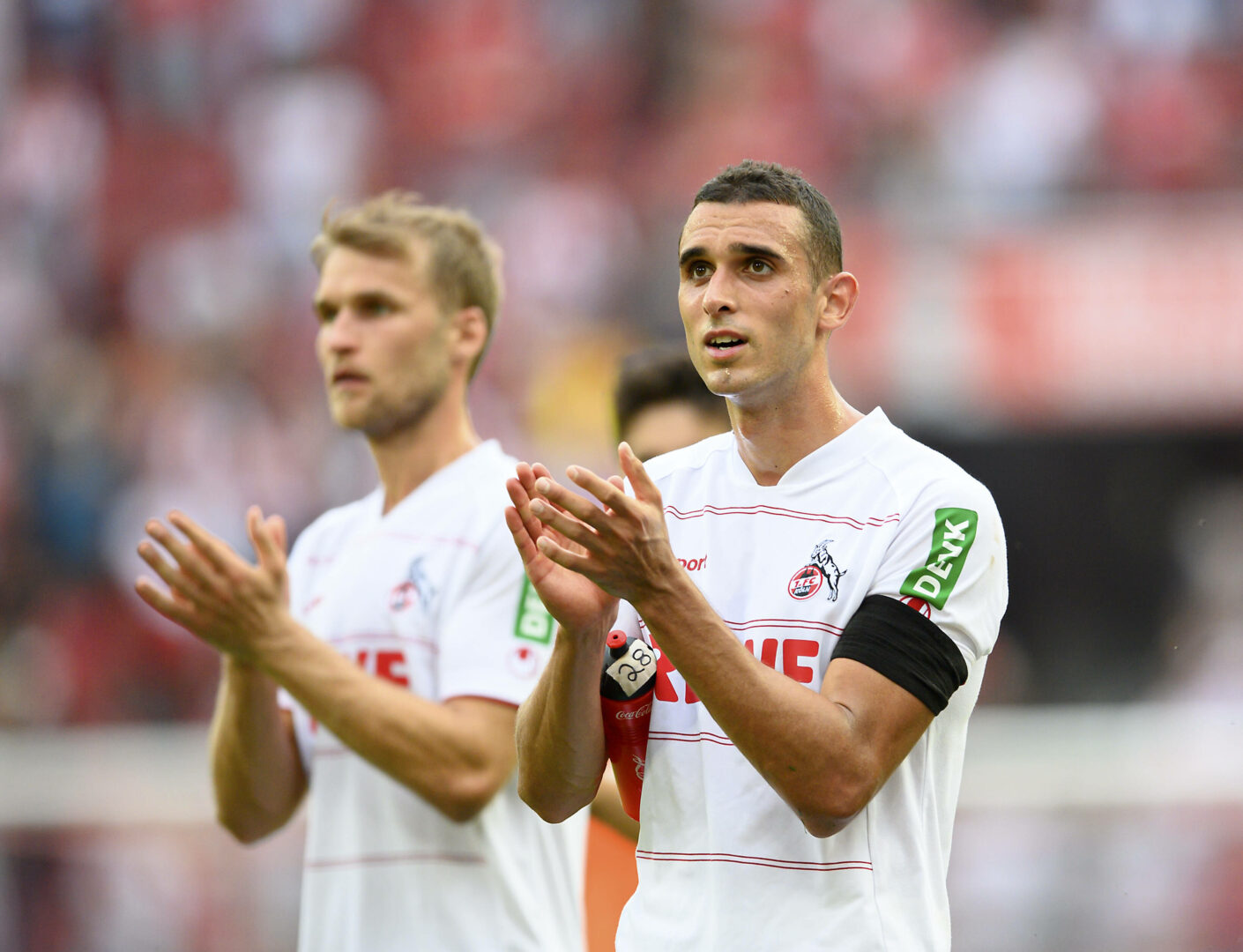 Ellyes Skhiri bedankte sich klatschend beim Kölner Publikum nach dem 3:1-Erfolg über Hertha BSC.