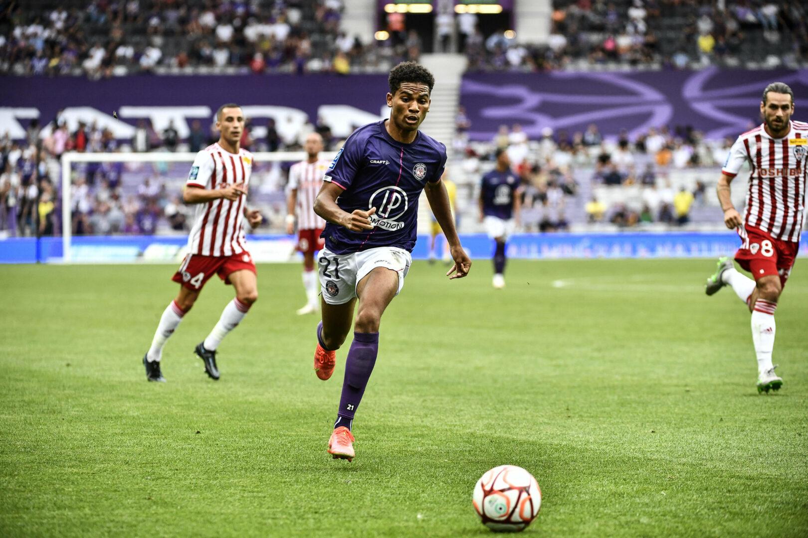 Amine Adli vom FC Toulouse treibt den Ball nach vorne