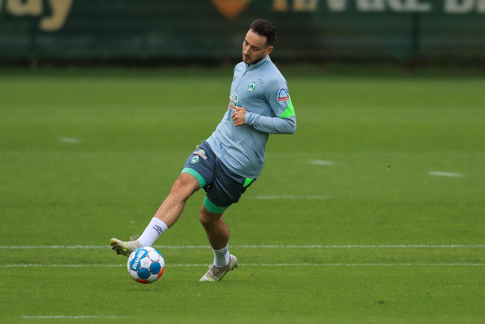 Kevin Möhwald von Werder Bremen führt den Ball im Training