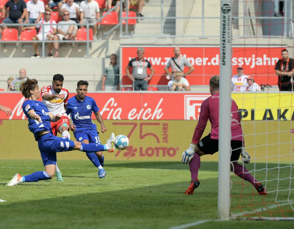 Sarpreet Singh erzielt das 4:1 für den SSV Jahn Regensburg im Heimspiel gegen Schalke 04.