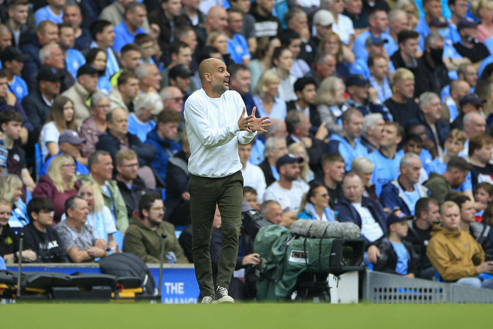 Guardiola applaudiert seinem Team aufmunternd