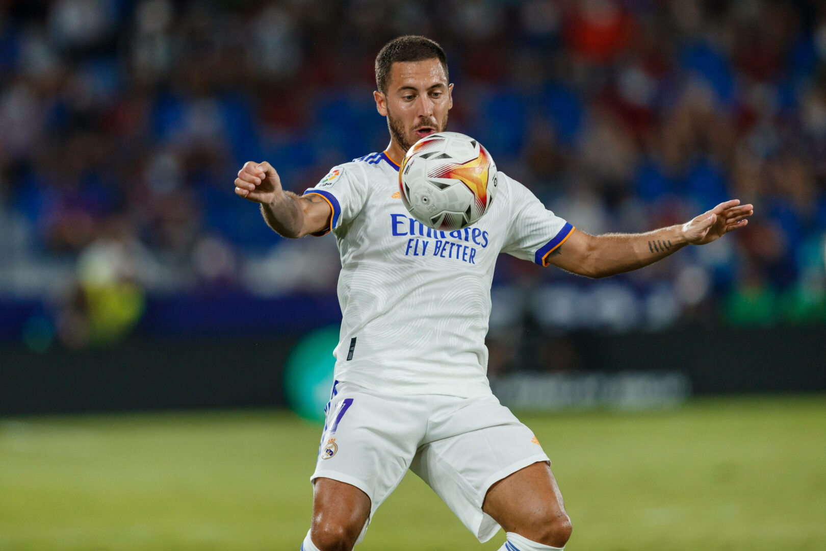 Hazard (Real Madrid) stoppt den Ball