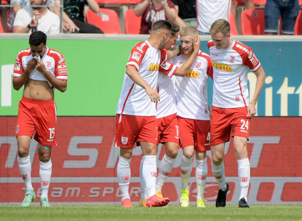 Der SSV Jahn Regensburg bejubelt den Treffer zum 1:0 im Heimspiel gegen Schalke.